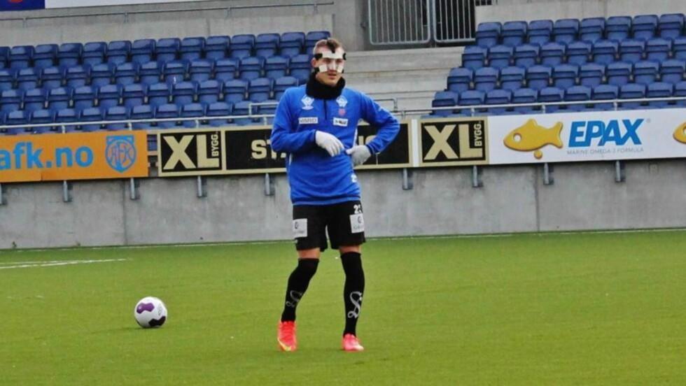 BESKYTTELSE: Fredrik Ulvestad knakk nesa mot Vålerenga og må bruke maske på treningsfeltet og i det som kan bli hans siste kamp i AaFK-trøya. Foto: Øyvind Godø