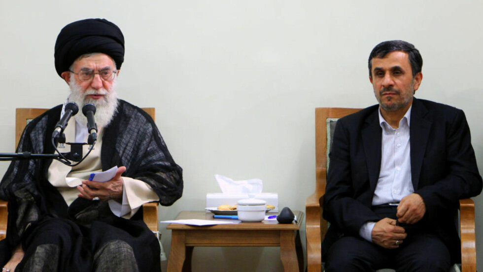 IRANSKE LEDERE: Ayatollah Ali Khamenei fotografert med daværende president Mahmoud Ahmadinejad i 2012. Foto: AFP / NTB scanpix