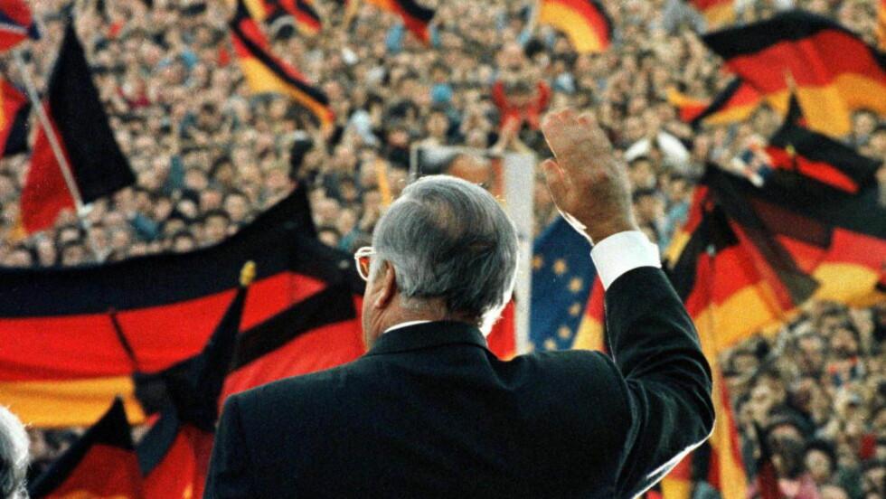 VAR BORTREIST: Forbundskansler Helmut Kohl befant seg i Polen på offisielt besøk, da meldingene tikket inn om at Muren gjennom Berlin var i ferd med å falle. Hans hemmelige tjenester hadde ingen anelse om hva som holdt på å skje, går det fram av historiske telegrammer. Foto: Michael Urban/Reuters