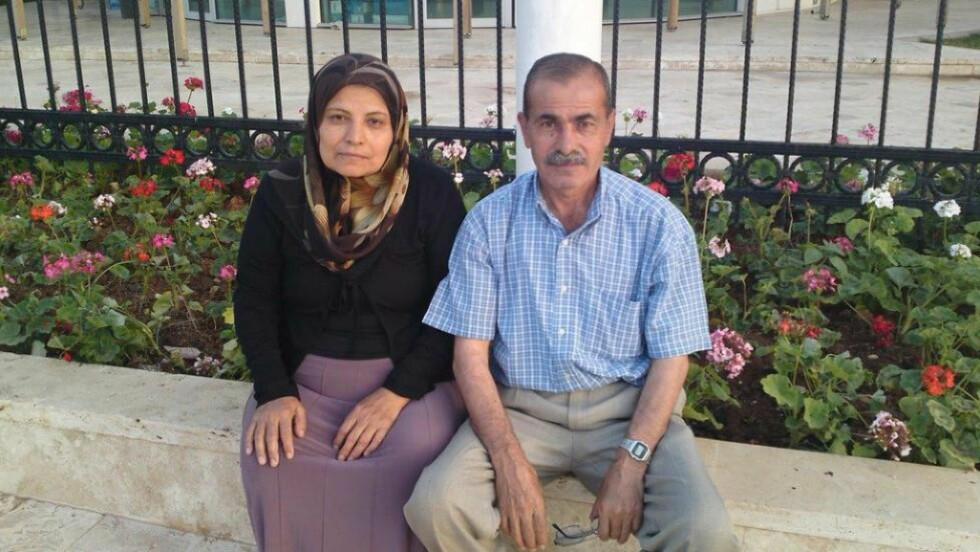 PÅ GATA: Ekteparet Zeinab (58) og Ahmed (61) bor på gata i Tyrkia. Dette bildet er tatt i september utenfor flyplassen i Istanbul, etter at de hadde blitt nektet utreise av tyrkiske myndigheter. - Vi solgte alt vi eide og møtte opp på flyplassen som vi fikk beskjed om, men ble stoppet av tyrkiske myndigheter. Nå har vi ingen ting, forteller ekteparet. Foto: Privat
