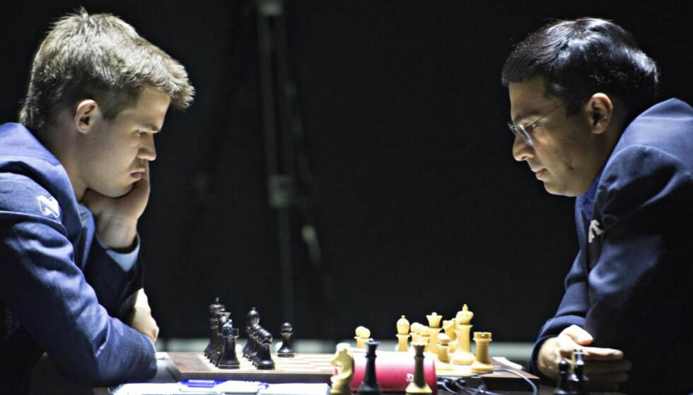 FØRSTE PARTI: Magnus Carlsen og Vishy Anand under dagens åpningsparti av VM-kampen i Sotsji. Foto: Hans Arne Vedlog / Dagbladet