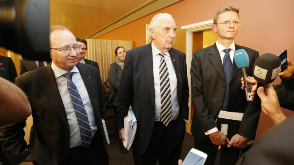 LANGT IGJEN: Gjermund Hagesæter (FrP) (f.v.), Svein Flåtten (H) og Terje Breivik (V) etter torsdagens budsjettforhandlinger på Stortinget. Foto: Lise Åserud / NTB scanpix