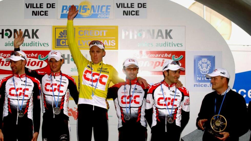 STØRSTE TRIUMF: Jörg Jaksches største personlige triumf i sykkelkarrieren var sammenlagtseieren i Paris-Nice i 2004. Her jubler han i gul trøye fra podiet sammen med lagkameratene (fra venstre) Jens Voigt, Fränk Schleck, Bobby Julich, Ivan Basso og lagsjef Bjarne Riis. Foto: Tim De Waele, TDWSport.com
