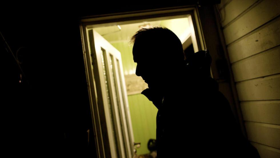 ENGSTELIG: Broren til en 33-åring fra Sørlandet fotografert ved huset der 33-åringen bor. Etter at 33-åringen ble tatt for narkosmugling i Tyrkia har det vært innbrudd i huset, og alt er rasert. Foto: Tomm W. Christiansen / Dagbladet
