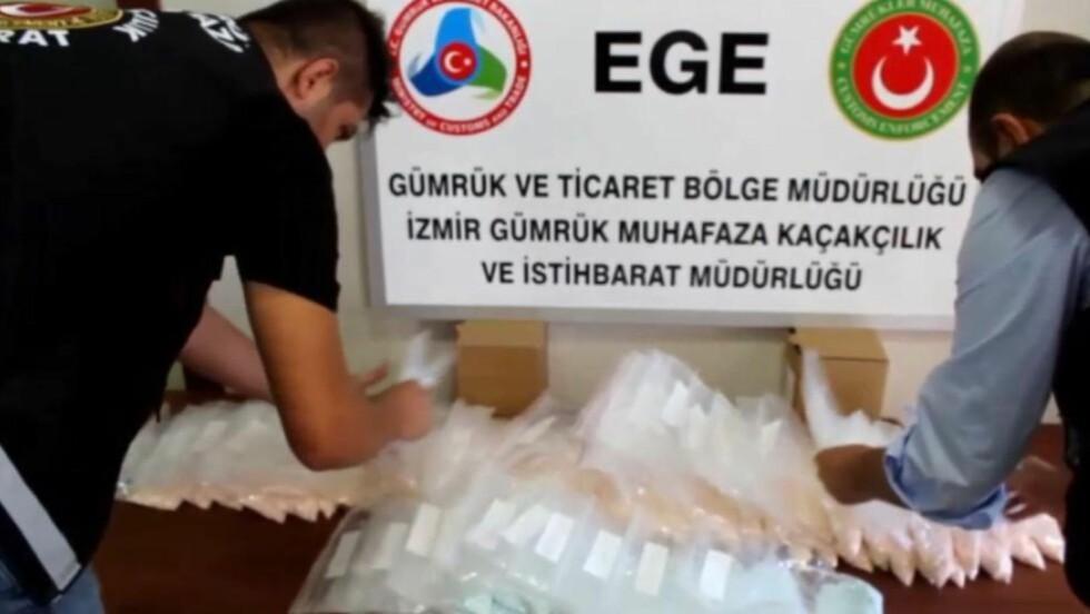 SORTERER FUNNET: Disse bildene tatt av tyrkisk politi viser beslaget som lå gjemt i en mørk BMW 5-serie sedan som en 33-åring fra Arendal og en kompis fra samme område hadde kjørt fra Sørlandet og til Irak. Foto: Tyrkisk politi / IHA