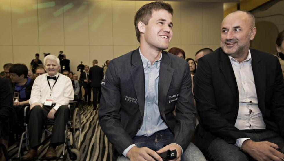GODT HUMØR: Magnus Carlsen har sett ut til å være i strålende form i Sotsji. Her sammen med manager Espen Agdestein under åpningsseremonien. Legenden Bobby Spassky til venstre. Foto Hans Arne Vedlog  / Dagbladet
