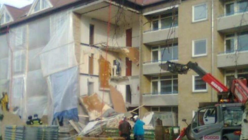 RASTE SAMMEN:  Denne bygningen raste sammen i formiddag. Politiet vet ennå ikke hva som er årsaken. To personer ble reddet ut av bygningen, en av dem skal være alvorlig skadd. Foto: Jan Andersen/BT