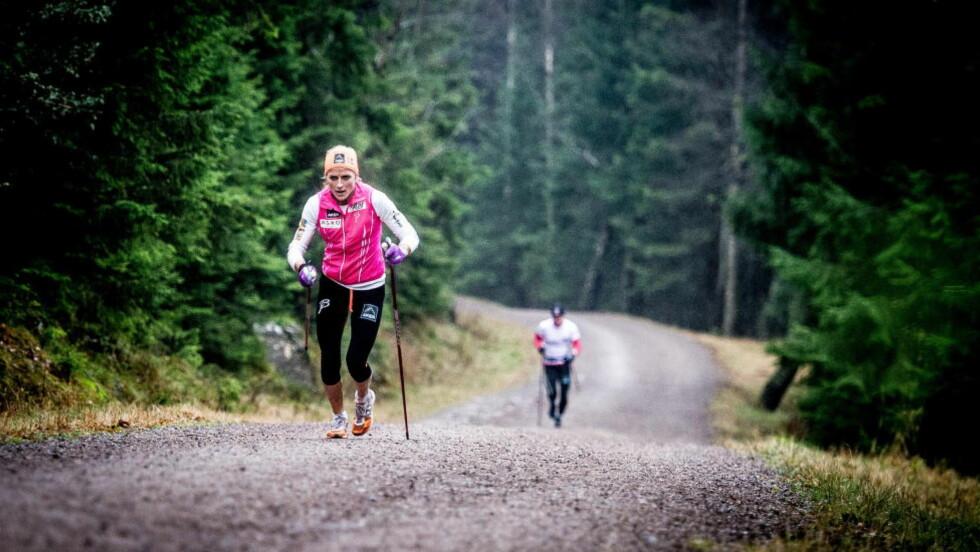 OVERLEGEN: Ifølge Marit Bjørgen er det ingen i hele verden som slår Therese Johaug i elghufs opp bratte bakker. Men Thereses overlegenhet i denne økta, gjør også Marit bedre. Foto: Thomas Rasmus Skaug.