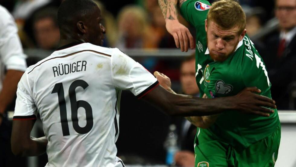 VALGTE IRLAND: James McClean er født nord for grensa mellom Irland og Nord-Irland, men spiller likevel for Irland i EM-kvalifiseringen. Foto: AFP  / PATRIK STOLLARZ / NTB SCANPIX
