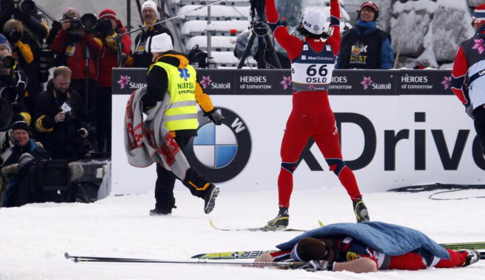FIRE SEKUNDER BAK:  Justyna Kowalczyk ligger utslått i målområde i det Marit Bjørgen går inn, fire sekunder foran den polske jenta. Kowalczyk beskriver det som hennes største tap i karrieren. Foto: Lise Åserud / NTB Scanpix.