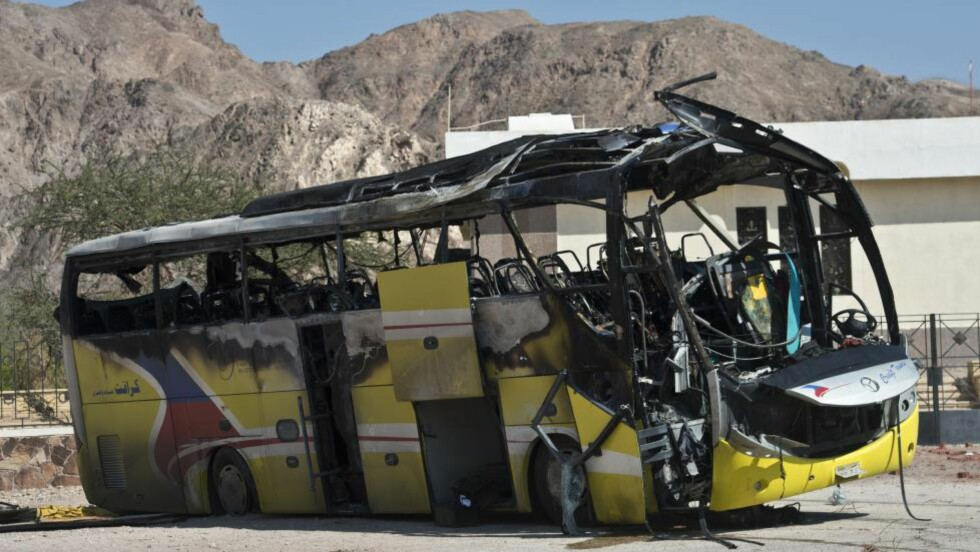 SPRENGTE: Den egyptiske gruppa som nå lover lojalitet til IS, Ansar Beit al-Maqdis, har tidligere påtatt seg ansvaret for terroraksjoner, som denne bombingen av en turistbuss i Taba i Egypt i februar. Tre sør-koreanere og en lokal sjåfør ble drept. Foto: AFP PHOTO / KHALED DESOUKI