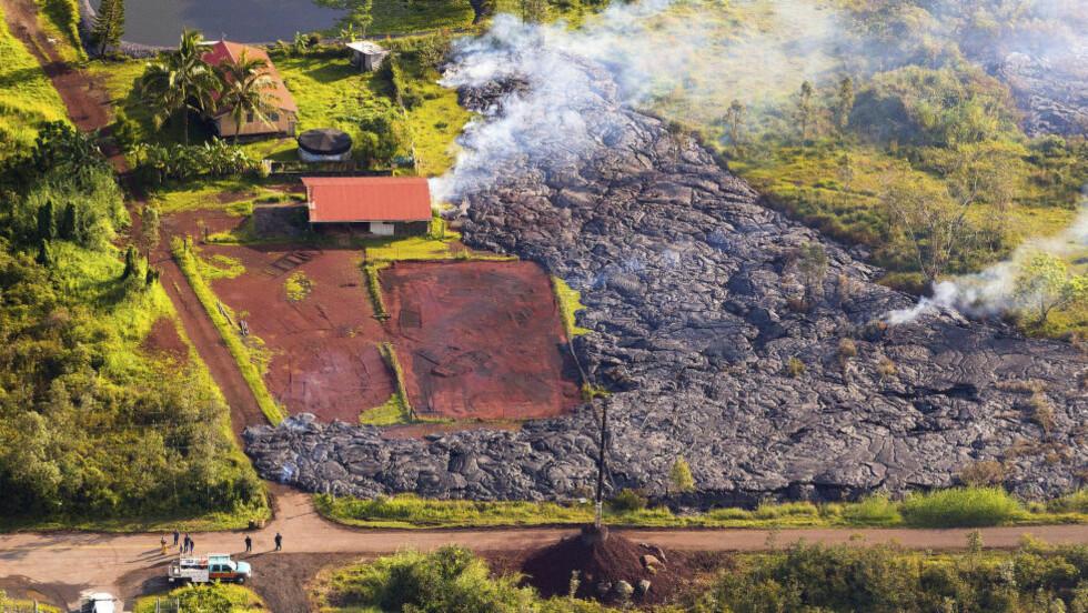 ANTENT: Et hus på Hawaii ble mandag antent av rødglødende lava fra vulkanen Kilauea. Foto: AP Photo/The County of Hawaii