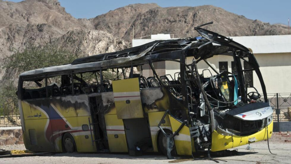 FIRE DREPTE: 16. februar i år ble tre sør-koreanere og en lokal sjåfør drept i et selvmordsangrep på en turbuss i Taba i Egypt. Terrorgruppa Ansar Beit al-Maqdis påtok seg ansvaret. Foto: AFP/KHALED DESOUKI