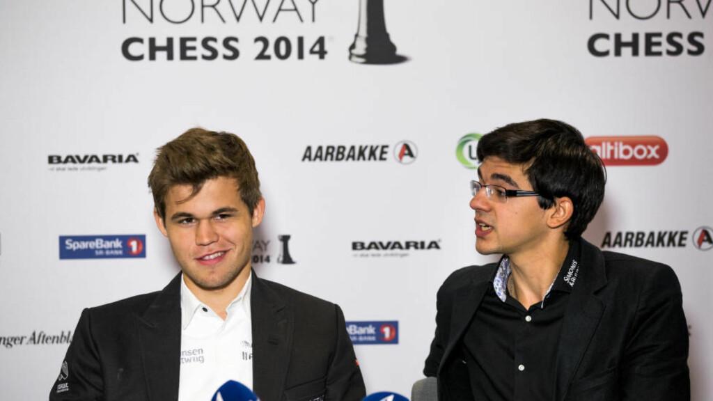 INDISK STIKK: Verdensmester Magnus Carlsen (t.v.) og Anish Giri møttes til kamp i Norway Chess tidligere i år. Giri mener Carlsens spill ikke er underholdende. Foto: Erlend Aas / NTB scanpix