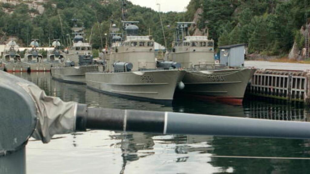 INSPISERT: Dette arkivbildet viser MTB-brygga på Haakonsvern, der de seks båtene ble demilitarisert da nigerianske inspektører kom på befaring. Arkivfoto: Forsvaret.