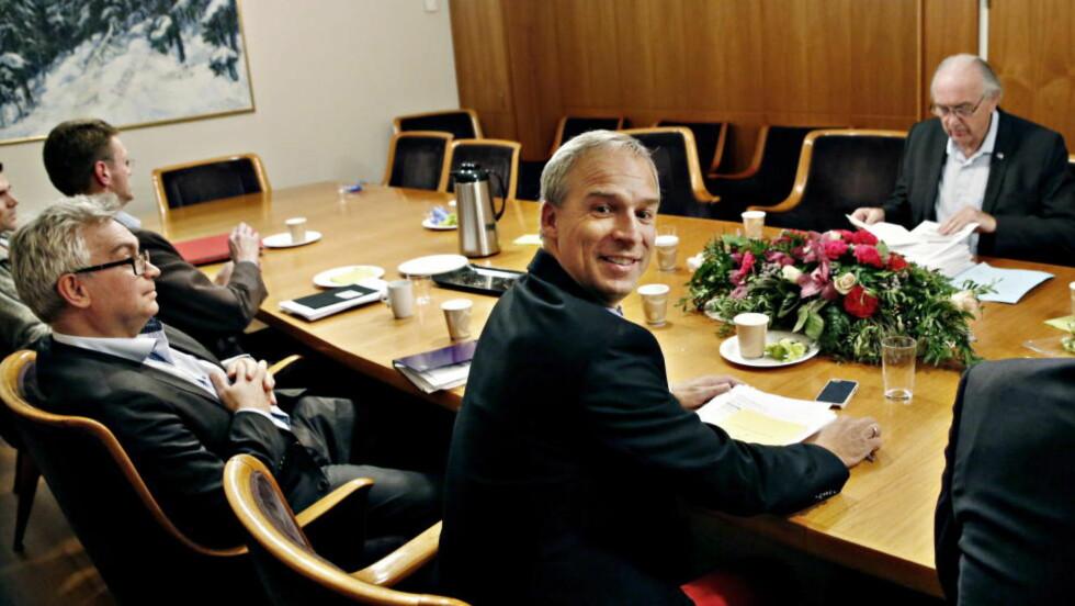 Oslo 20141109. Budsjettforhandlinger søndag kveld.  Fra høyre Hans Olav Syversen (Krf),  Gjermund Hagesæther (Frp), Terje Breivik (V) , og Svein Flåten (H) på den andre siden av bordet.  Foto: Jacques Hvistendahl / Dagbladet