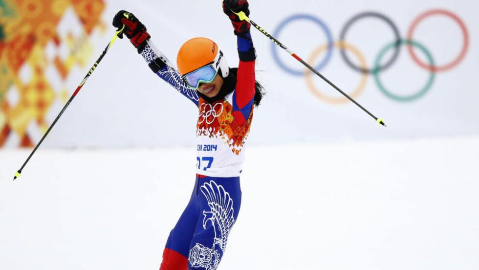 JUBLET FOR MÅLGANG: Men Vanessa Maes OL-deltakelse i Sotsji er nå offisielt avslørt som juks fra ende til annen. Det internasjonale skiforbundet utestenger fiolinisten i fire år for rennfiksing i kvalifiseringen.Foto: REUTERS/Kai Pfaffenbach / NTB Scanpix