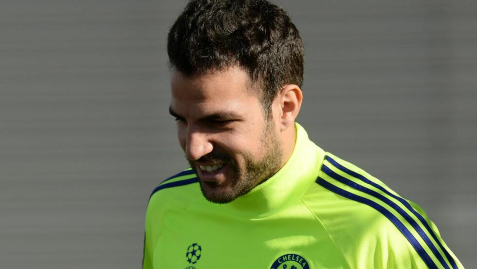 SKADET: Chelsea-stjernen Cesc Fàbregas har skadd låret og er utilgjengelig for Spania i de kommende møtene med Hviterussland og Tyskland. Foto: EPA/FACUNDO ARRIZABALAGA