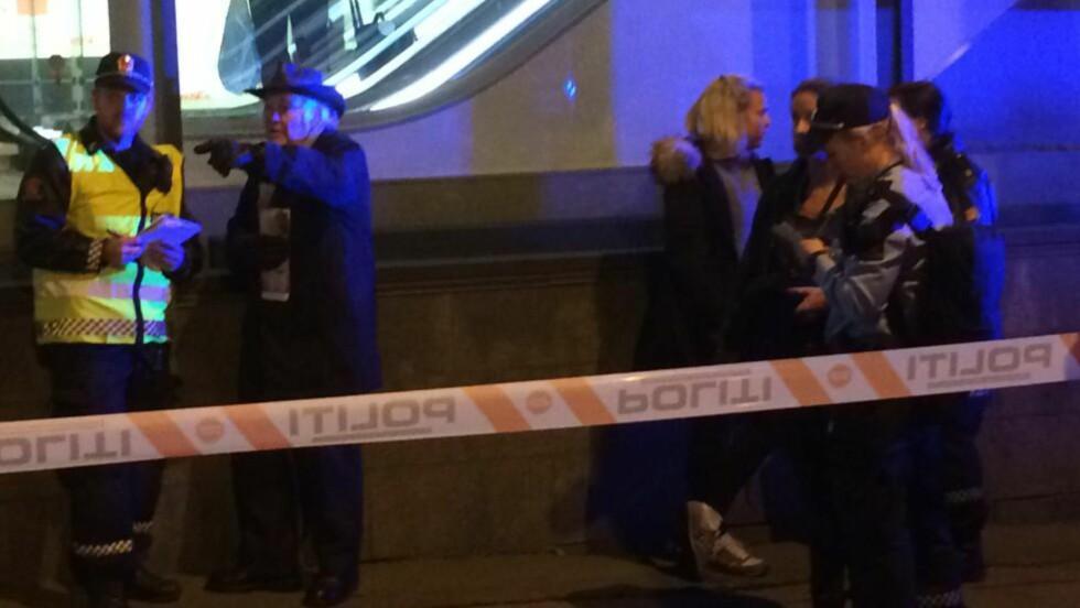 PASSASJER:  Jon Karlsen (andre fra venstre) var passasjer på trikken som var involvert i en kollisjon med en buss i Vika. Her avgir han vitneforklaring av hendelsen til politiet. Foto: Halldor Hustadnes / Dagbladet
