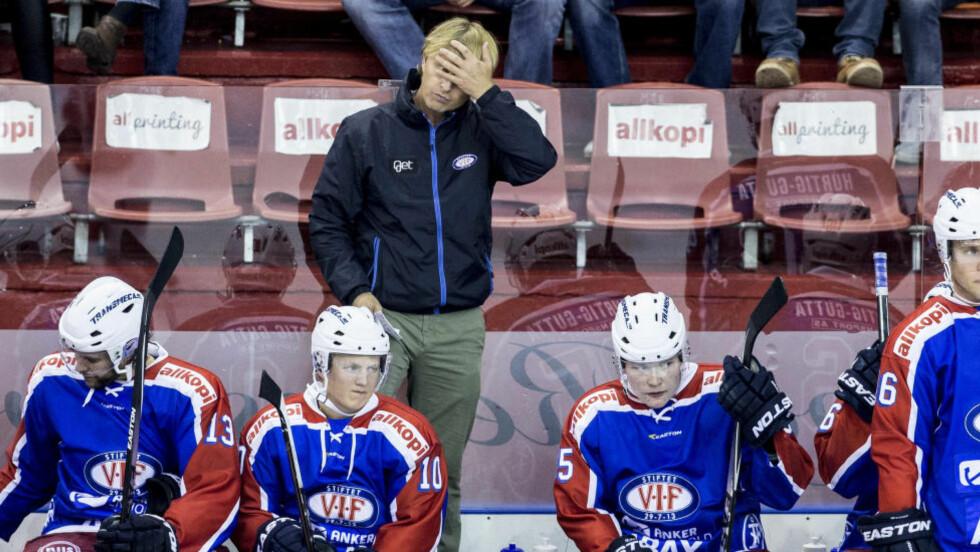YDMYKET:  Vålerenga-trener Espen Knutsen fikk se sitt lag få juling på egen is mot Stavanger Oilers. Foto: Stian Lysberg Solum / NTB scanpix