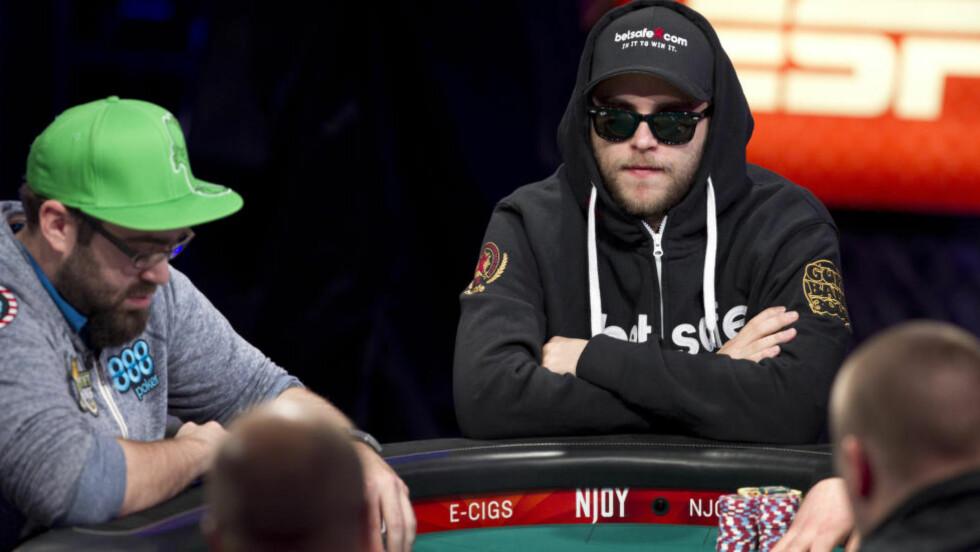 VIDERE: Norske Felix Stephensen var i natt en av tre som tok seg videre avslutningen i poker-VM. Foto: REUTERS/Las Vegas Sun/Steve Marcus