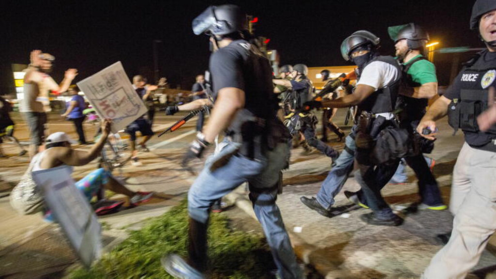 VOLDELIG: Politiet i Ferguson gikk hardt til verks mot demonstrantene. Foto: Ørjan F. Ellingvåg