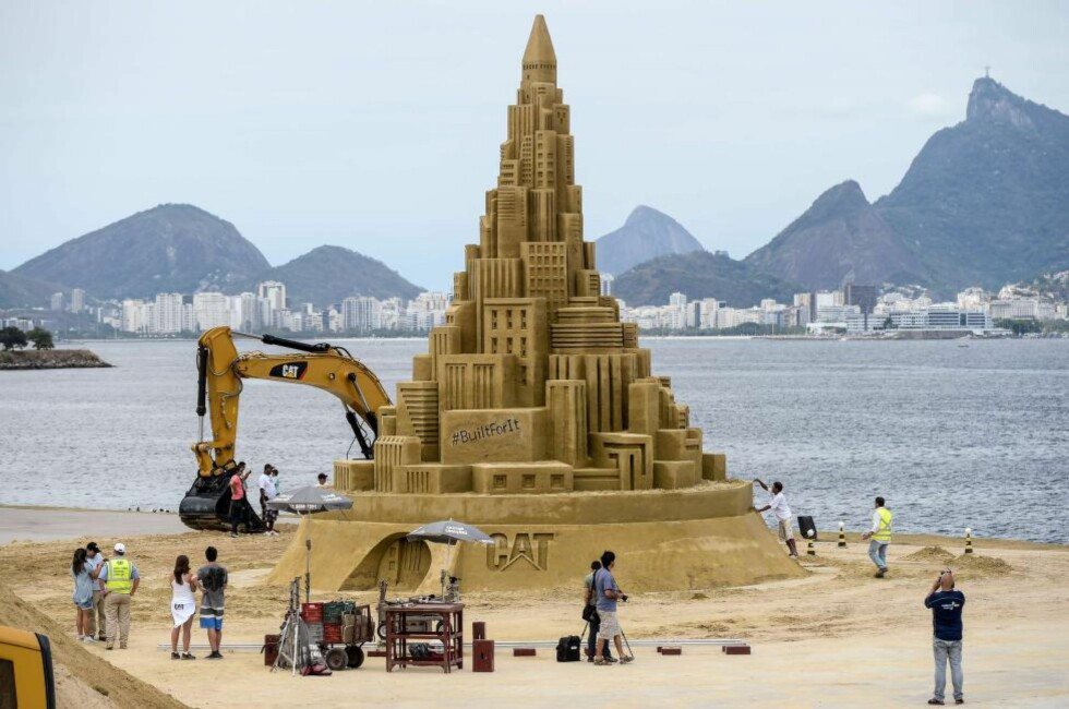 VERDENS HØYESTE? I dag vil det bli avgjort om dette sandslottet i Brasil er det høyeste som noensinne er bygget. Foto:AFP/ YASUYOSHI CHIBA/NTB Scanpix