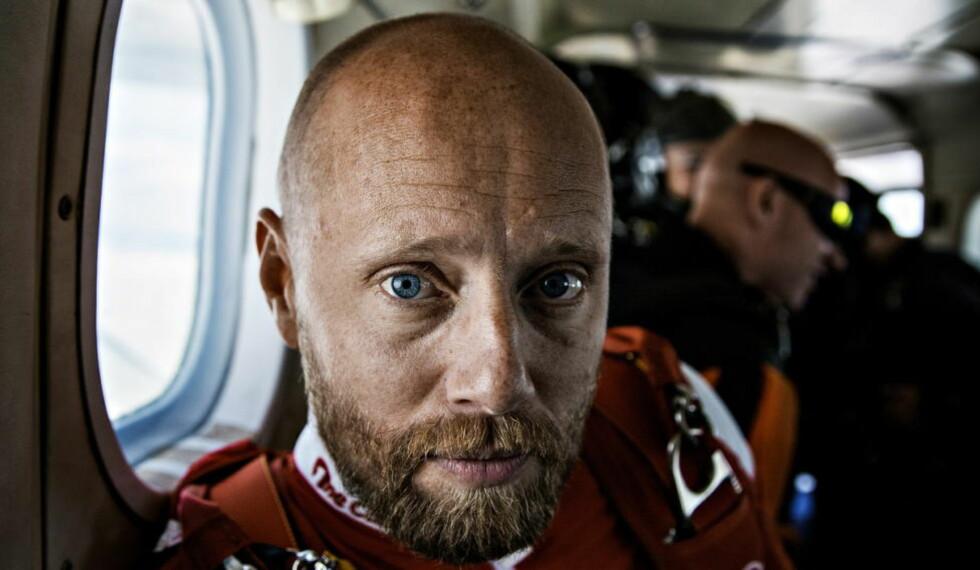 TIL MARS: Aksel Hennie går inn på et stjernelag av de sjeldne i filmen «The Martian». Her fra øyeblikket før et fallskjermhopp i sommer. Foto: Jørn H Moen / Dagbladet
