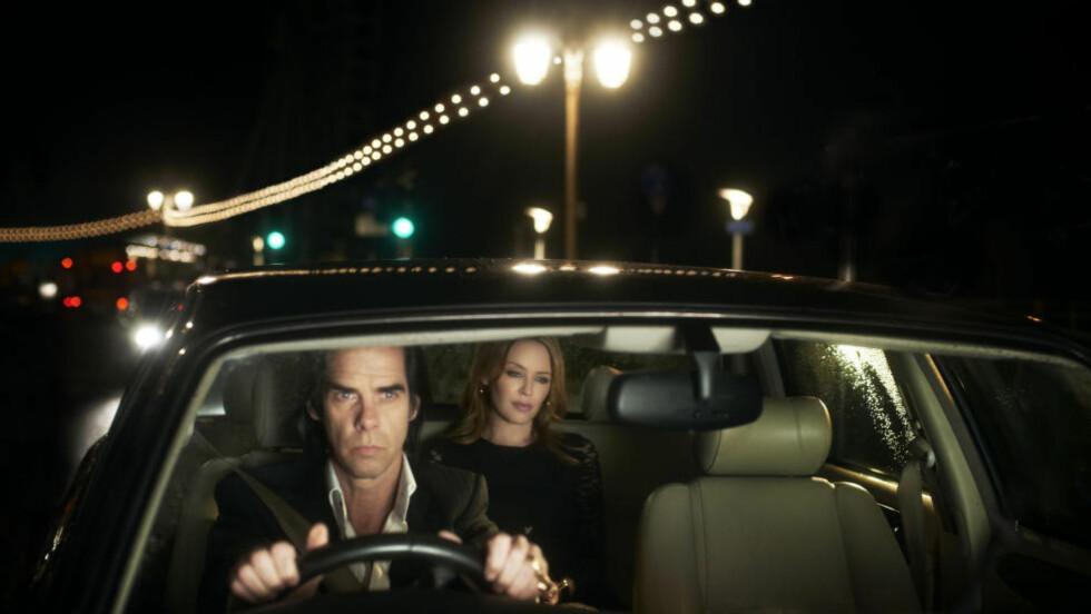 «20.000 Days on Earth» er en sjeldent stilsikker dokumentarfilm. Her er hovedpersonen Nick Cave sammen med Kylie Minogue.