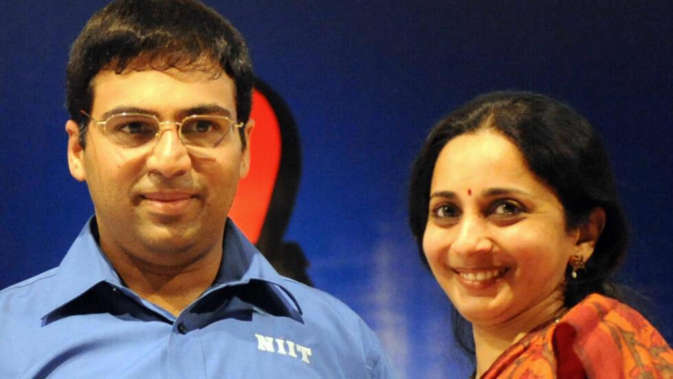 STØTTESPILLER: Viswanathan Anand fikk en opptur i sjakk-VM i går. Det var også en etterlengtet seier for kona Aruna. Foto: AFP PHOTO/Noah SEELAM
