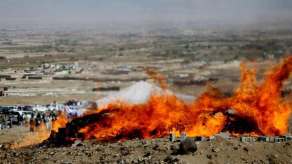 I BRANN: Sikkerhetsstyrker brenner opp et stort parti opium i Kabul i oktober. Foto: EPA / NTB scanpix