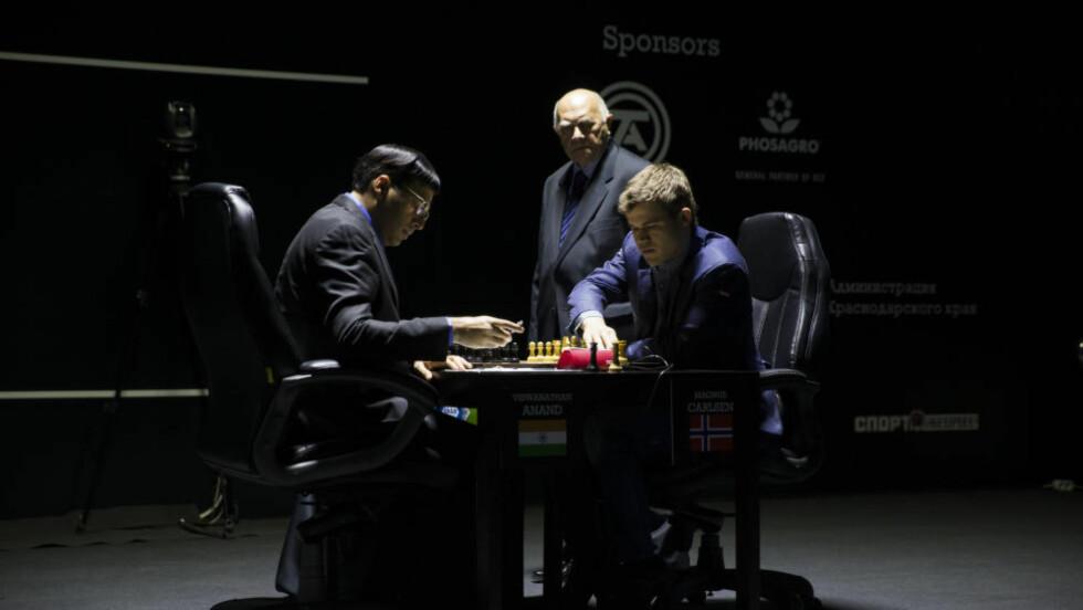 PASSER PÅ: Andzej Filipowicz er hoveddommer i sjakk-VM og følger at Magnus Carlsen og Vishy Anand følger reglene. Han skal også passe på så ingen forstyrrer eller plager sjakkspillerne. Foto: Berit Roald / NTB scanpix