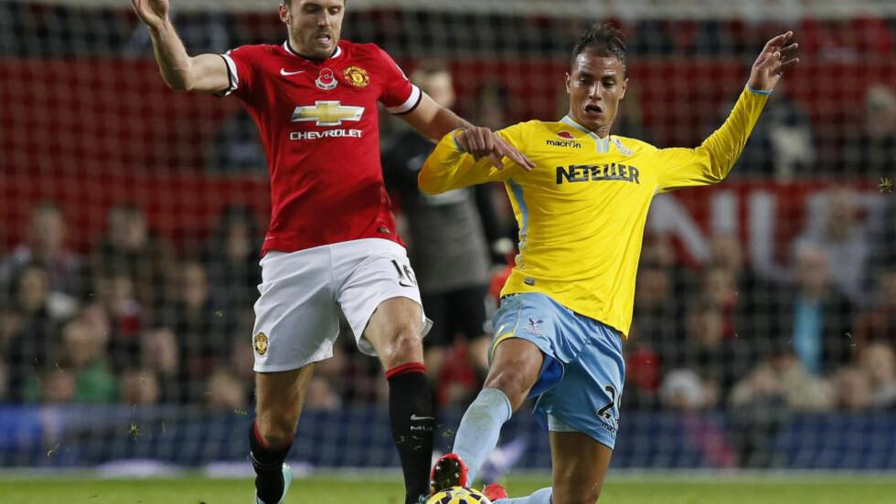 UTE AV TROPPEN: Manchester Uniteds midtbanespiller Michael Carrick (høyre) stoppes av en skade og har trukket seg fra England-troppen. REUTERS/Andrew Yates