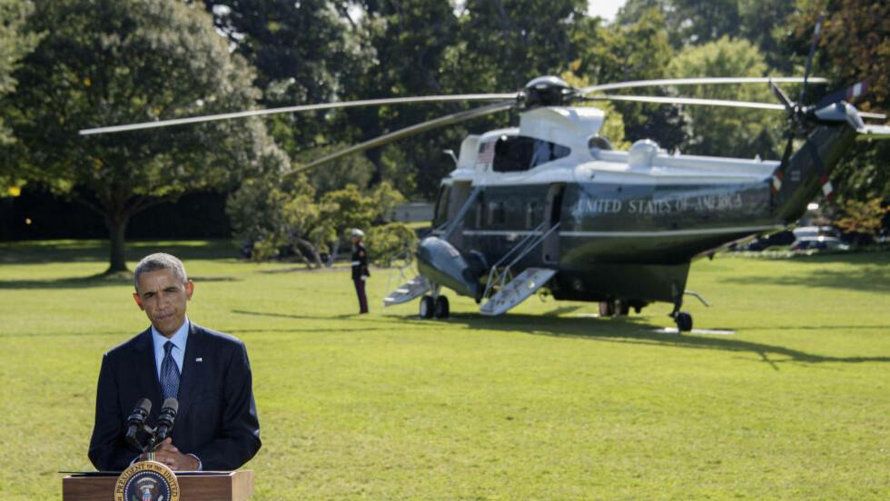SKIFTER KURS: Her kommenterer USAs president, Barack Obama, landets første luftangrep mot IS i Syria i september. Nå legger han en ny strategi. Foto: AFP PHOTO / Jim WATSON