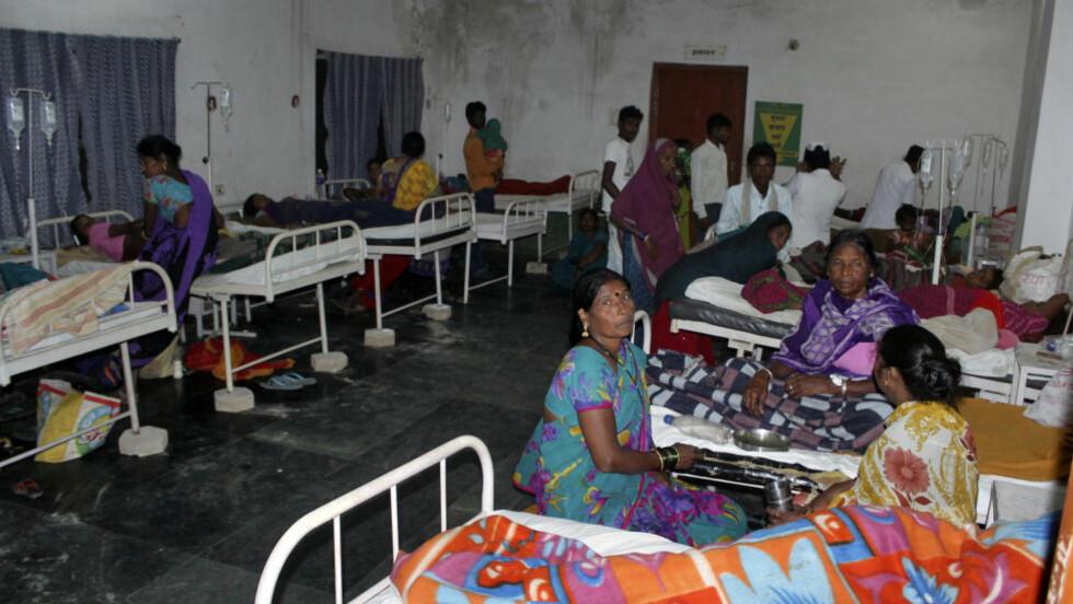 13 DØDE: Kvinner som var med på den statlige massesteriliseringen, får behandling på et distriktssykehus i Bilaspur, øst i India. 13 kvinner døde, og tilstanden til 14 andre kvinner er kritisk. Foto: Reuters / NTB scanpix