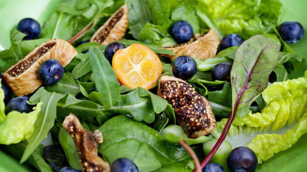 HELÅRSFAVORITT :  Nordmenn kjøper blåbær som aldri før.  Her en salat med blåbær og fiken. Oppskriften finner du nedenfor. Foto: METTE MØLLER