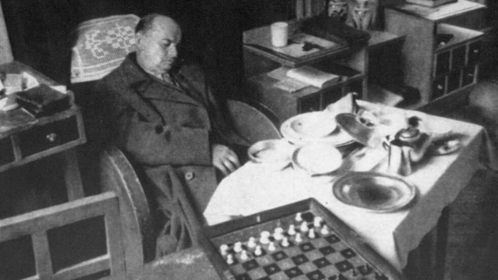 BEVISER DET NOE? En av teoriene er at Alexander Alekhine ble kvalt av en kjøttbit. Var det ikke da rart at han ble funnet sittende rolig og harmonisk i stolen sin?