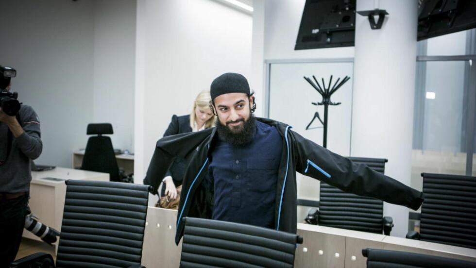 FIKK SPØRSMÅL: Ubaydullah Hussain fikk spørsmål fra salen, og tok ordet under et folkemøte i Fredrikstad i dag. Foto: Christian Roth Christensen / Dagbladet