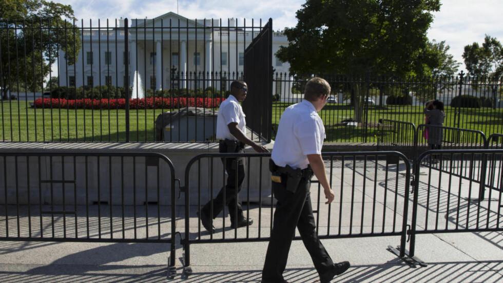 GJERDEHOPPER: Sikkerheten utenfor Det hvite hus i Washington D.C. sviktet fullstendig da en mann i september hoppet over gjerdet og tok seg inn i den amerikanske presidentboligen. Foto: AP Photo/Evan Vucci
