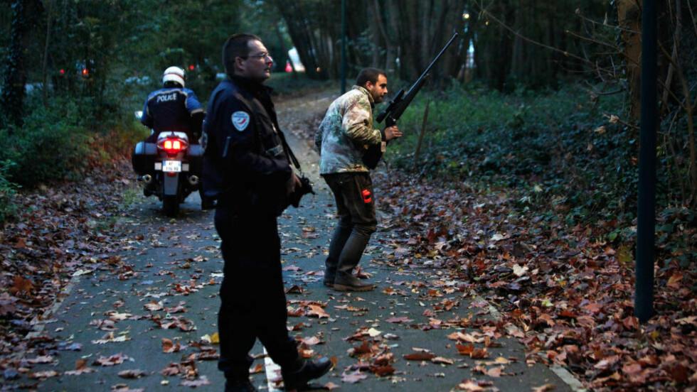 TIGERJAKT: Politiet i Paris leter etter en tiger i skogen nær Disneyland Paris. Foto: AP Photo/Thibault Camus
