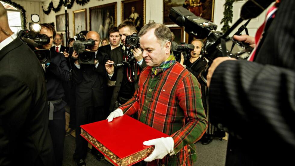 ORIGINALEN: Stortingspresident Olemic Thommessen bærer den originale versjonen av grunnloven. Men i vår vedtok Stortinget en feil versjon av den nye nynorskversjonen. Foto: Lars Eivind Bones / Dagbladet