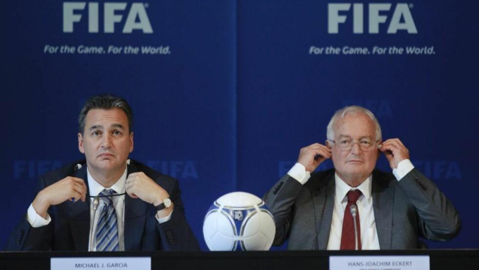 UFULLSTENDIG KORTVERSJON: I går ble Qatar og Russland frikjent for korrupsjonsanklagene, mens anklagene mot det engelske fotballforbundet bestod. Michael J. Garcia (t.v) skrev en 430-siders rapport om anklagene, som Hans-Joachim Eckert (t.h.) i går publiserte en 42-siders oppsummering av. Garcia hevder Eckerts kortversjon var mangelfull, og feiltolket flere av hans funn. Foto: AFP PHOTO/ SEBASTIEN BOZON.