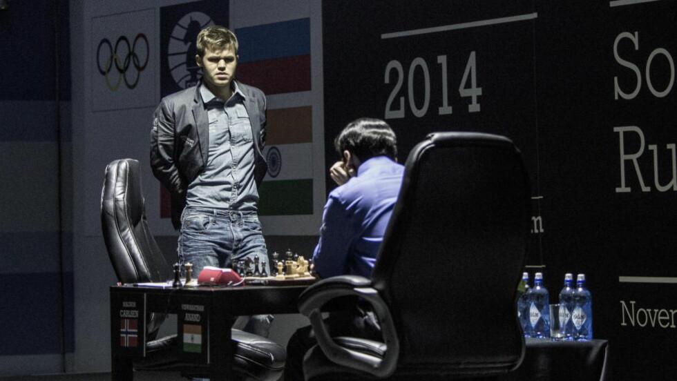 FORBEREDT:  Magnus Carlsen var veldig klar på hvordan han ville åpne det femte partiet, og gjorde unna de 18 første trekkene på under ti minutter. Foto: Lars Eivind Bones / Dagbladet