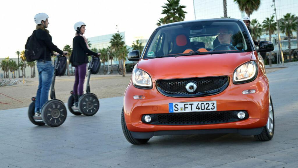 """MINIMAL: Bortimot det nærmeste du kommer en ståhjuling i bilverdenen er nye Smart. Den er like kort som før, men har også blitt en god del mer stabil og """"voksen"""" i kjøreegenskapene. Foto: DINSIDE"""