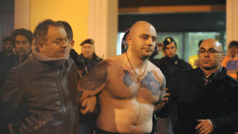 BEISTET: Ivan Bogdanov er et fjes man helst vil unngå å se på tribunen. Her er han etter at han ble lagt i jern i Genoa i 2012. En kamp som ga ham tilnavnet Beistet fra Genoa. Foto: REUTERS/Stringer/NTB Scanpix