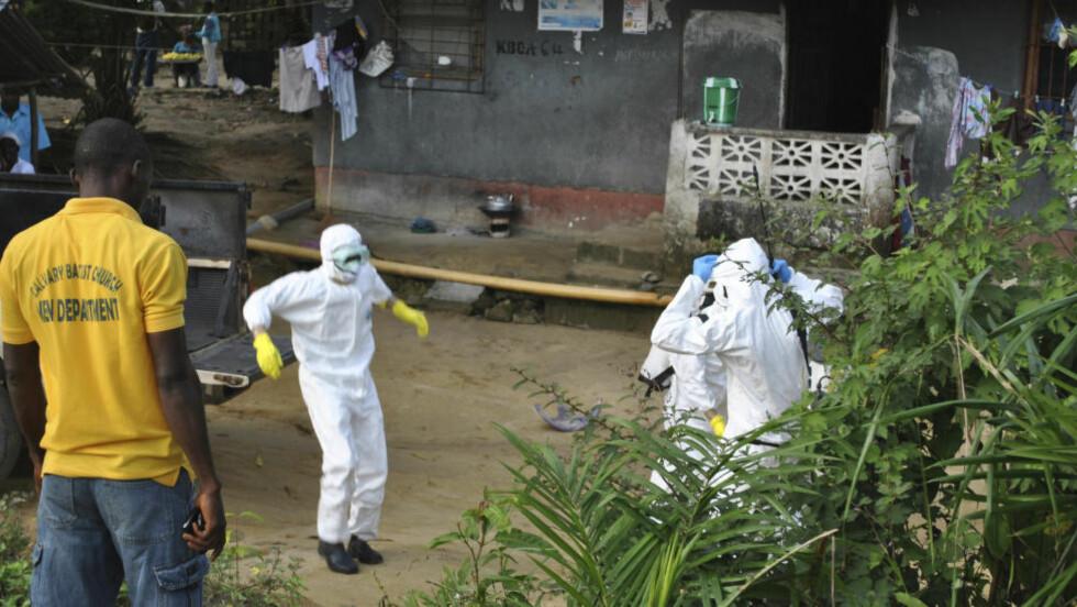 UTBRUDD:  WHO strever med å finne en kur mot ebola. Dette bildet er tatt 5. november i Liberia hvor helsepersonell forsøker å hjelpe de smittede. Liberia har hatt over 2812 dødsfall, og er landet som er hardest rammet. Foto: Reuters.
