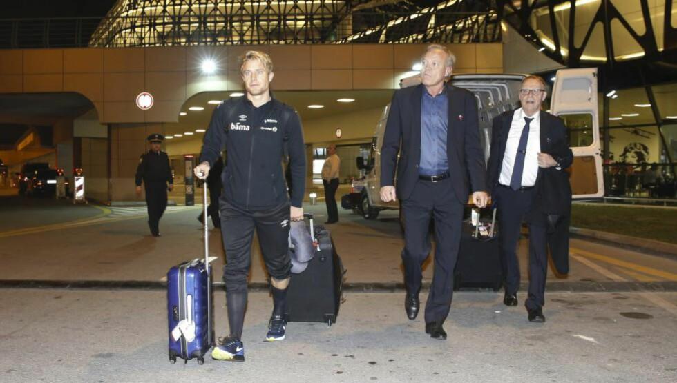 HAR LANDET:  Per Ciljan Skjelbreid (til venstre) på vei ut fra flyplassen i Baku fredag kveld. Foto: Cornelius Poppe / NTB scanpix