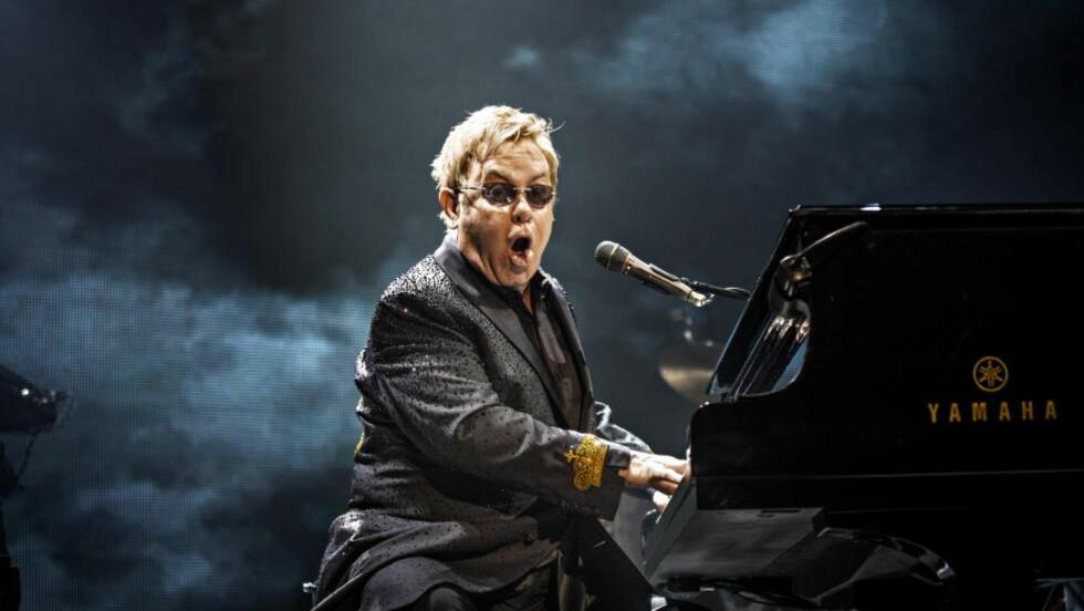 I GODLUNE: Elton John nektet å gi seg i Oslo Spektrum lørdag kveld, og forlot pianokrakken først etter to timer og 40 minutter. Søndag kveld er han i Stavanger. Foto: Jørn H Moen / Dagbladet