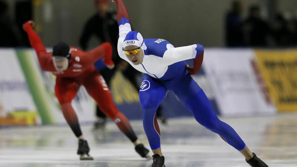 DISTANSERT: Håvard Lorentzen var sjanseløs mot russiske Pavel Kulizjnikov på 1000 meter i japanske Obihiro. Det provoserte den norske skøyteleiren.Foto: EPA/KIMIMASA MAYAMA/NTB Scanpix