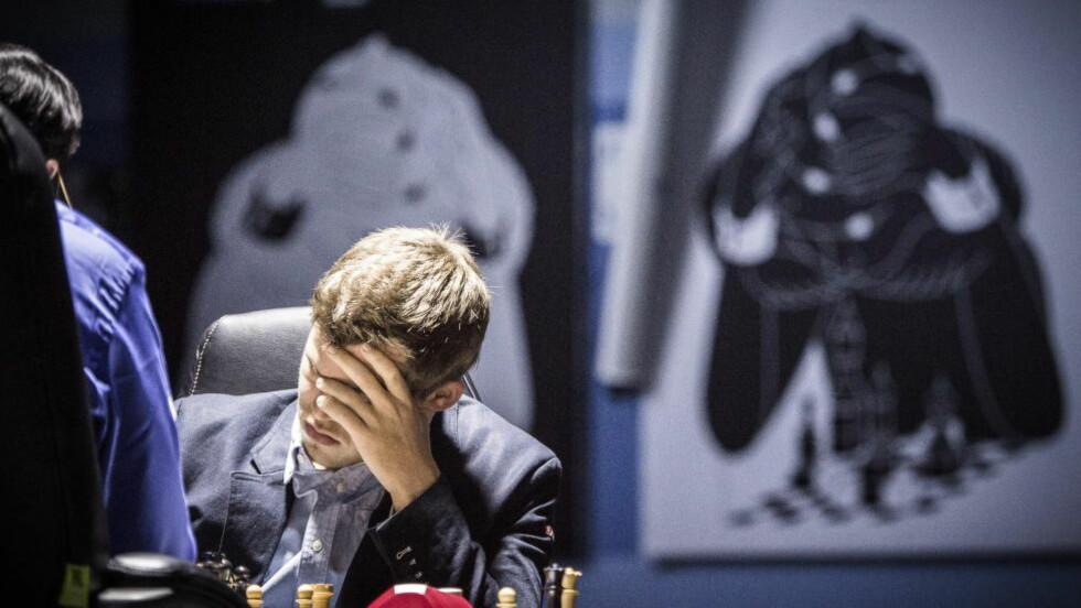 BRØLER AV DIMENSJONER: Magnus Carlsen slapp billig unna i dagens parti da han gjorde en kjempeblemme Vishy Anand ikke fikk med seg. Til slutt var det nordmannen som trakk det lengste strået, og har overtatt ledelsen i VM-kampen. Foto: Lars Eivind Bones / Dagbladet